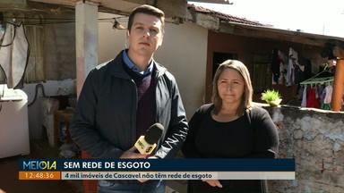 Moradora do bairro Julieta Bueno reclama de falta de rede de esgoto - Segundo a Sanepar, em Cascavel, há cerca de 4 mil imóveis sem rede de esgoto.
