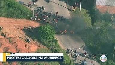Protesto interdita Estrada da Muribeca, em Jaboatão dos Guararapes - Trecho da via foi interditado por pneus e galhos queimados na manhã desta quinta-feira (18).