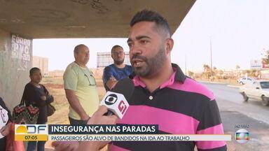 Violência preocupa passageiros de ônibus no Riacho Fundo II - Segundo relatos, assaltos são frequentes em parada que fica atrás do Parque do Riacho, às margens da DF-001.
