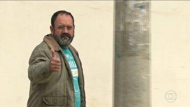 Vereador de Queimados, no RJ, é preso suspeito de liderar milícia - Davi Brasil Caetano também é ex-secretário de Defesa Civil do município e foi preso em casa no início da manhã desta quinta-feira (18). A operação tenta prender outras 23 pessoas ligadas à milícia e ao tráfico de drogas da região.