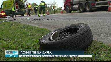 Seis pessoas ficam feridas em acidente na BR-101, em Safra, ES - Batida envolveu três veículos.