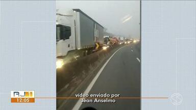Tombamento de carreta deixa trânsito lento no sentido Rio da Dutra, em Piraí - Segundo NovaDutra, acidente aconteceu no distrito de Arrozal.