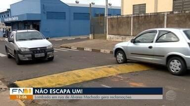 Moradores sofrem com altura de lombada no Parque dos Pinheiros - Todos os veículos 'raspam' quando passam pelo local.