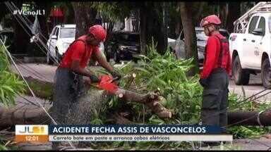 Carreta tomba e interdita avenida Assis de Vasconcelos, em Belém - Carreta tomba e interdita avenida Assis de Vasconcelos, em Belém