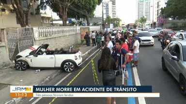 Jovem de 22 anos morre, e três ficam feridos após grave acidente de carro em Manaus - Polícia encontrou garrafas de cerveja no veículo, que colidiu com muro da Fundação Alan Kardec por volta das 5h30 desta sexta-feira (19).