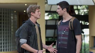 Beto aconselha Filipe a esquecer Rita - Ele diz ao amigo que a família dele jamais aceitará o relacionamento