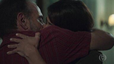 Elias e Helena se beijam - Ele confessa que está louco de ciúmes e ela avisa que não tem nada com Rogério