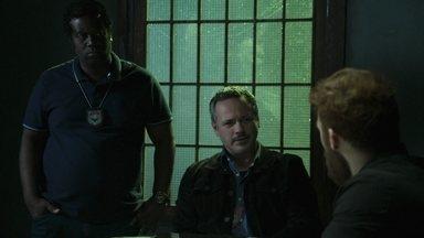 Robson nega o assassinato de Paul, apesar das evidências - Almeidinha avisa que ele ficará detido pelo sequestro de Arthurzinho