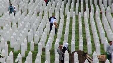 Suprema Corte considera Holanda parcialmente responsável por massacre de Srebrenica - Em 1995, soldados bósnios-sérvios assassinaram 8 mil muçulmanos. Os holandeses atuavam na cidade como tropas de manutenção da paz da Nações Unidas, e permitiram a captura de 350 meninos que buscaram refúgio nas instalações da ONU.