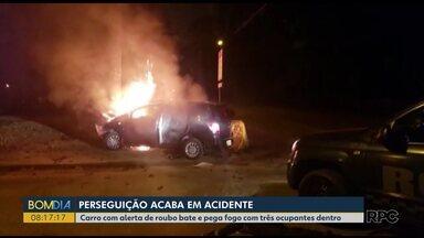 Carro bate em poste e pega fogo depois de perseguição com polícia em São José dos Pinhais - O carro tinha alerta de roubo. Os três ocupantes se feriram gravemente.