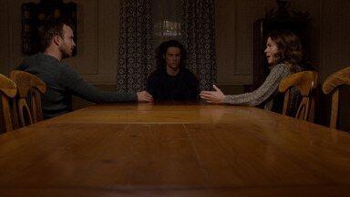 O Buraco - Eddie e Sarah entram em desacordo. Abe encontra Alison e suspeita que o Movimento possa estar envolvido em atividades criminosas.