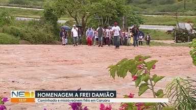Católicos participam de caminhada e missa em homenagem a Frei Damião em Caruaru - Chuva que caiu nessa cidade do Agreste não desanimou os romeiros.
