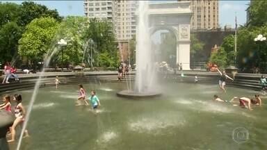 Onda de calor nos EUA deixa seis mortos no fim de semana - Em Nova York, sensação térmica passou de 43°C. Milhares de pessoas ficaram sem luz pela sobrecarga do sistema elétrico. Na Flórida, tempestade de raios feriu 8 pessoas. Agora, o alerta é por frente fria que trouxe chuva forte na segunda-feira.