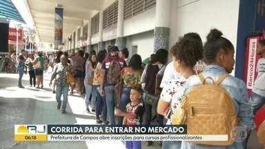 Corrida para entrar no mercado de trabalho - Prefeitura de Campos abre inscrições para cursos profissionalizantes e centenas de pessoas acordam de madrugada para conseguir uma vaga