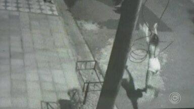 Vídeo mostra menina jogando gato em direção à cachorro rotweiller em Sorocaba - Um vídeo mostra uma menina jogando um gato em direção a um cachorro da raça rotweiller, no Jardim Simus em Sorocaba (SP).