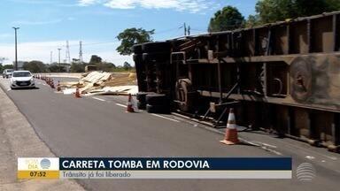 Carreta tomba na Assis Chateubriand - Caminhão transportava compensados de madeira; parte da pista ficou bloqueada
