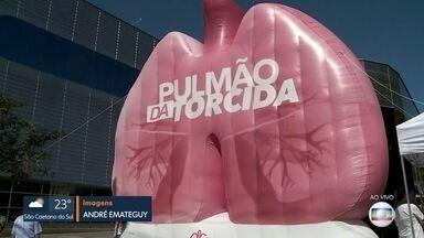 Pulmão gigante chama a atenção de passageiros do Metrô - Campanha conscientiza sobre o câncer de pulmão a passageiros da estação Butantã da Linha 4-Amarela do metrô.