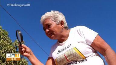 Moradores usam lupa para procurar por asfalto prometido pela prefeitura no Santa Fé - Moradores usam lupa para procurar por asfalto prometido pela prefeitura no Santa Fé