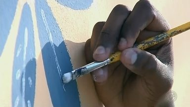 Morador de Pardinho pinta muros pelas ruas da cidade - Um morador de Pardinho (SP) resolveu mostrar seu talento e criatividade pelas ruas da cidade pintando os muros, ganharam cores, frases, desenhos e temas.
