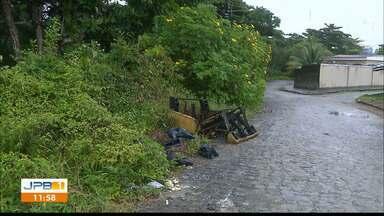 Homem é flagrado jogando lixo em área de proteção em João Pessoa - Segundo a Emlur ele pode ser multado.