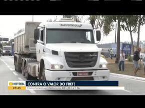 Caminhoneiros fazem manifestação contra a mudança na tabela do frete no Leste de Minas - Eles interditaram parte da BR-116 e 381