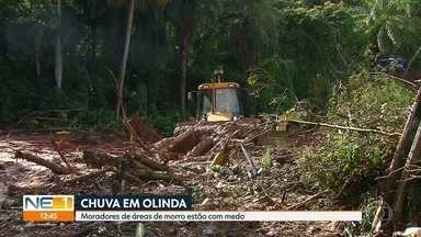 Estrada do Passarinho fica tomada pela lama no dia seguinte a deslizamentos - Defesa Civil trabalha para desobstruir a via.