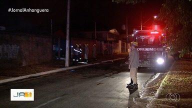 Bombeiros combatem incêndio em depósito de confecção em Aparecida de Goiânia - No local era guardado tecidos e máquinas.