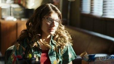 Raíssa pede que Madureira mantenha segredo sobre seus ensaios - Ela diz ao lutador que Carla não sabe de sua participação na banda de Camelo
