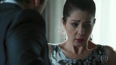 Santinha se apavora com Fauze - Ele mostra que está armado e ela fica sem opção
