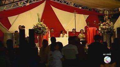 Fiéis de Uberaba celebram o Dia de São Cristóvão com missa e carreata - Santo é considerado o protetor dos motoristas. Centenas de veículos também receberam a bênção dada por um padre da cidade.