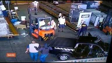 Criminosos roubam 750 kg de metais preciosos do Aeroporto de Guarulhos em SP - Sem disparar um único tiro, os bandidos entraram no terminal de cargas, fizeram funcionários reféns e roubaram o carregamento de ouro e outras pedras. Os sete criminosos fugiram.