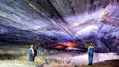 Rochas coloridas iluminam a escuridão das cavernas na mata da Bocaina - A região também esconde belezas embaixo da terra. E a equipe do Globo Repórter acompanhou um grupo de especialistas em uma expedição dentro de uma gruta.