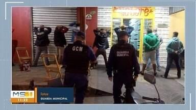 Pessoas, veículos e lojas são fiscalizados na operação Zero Hora em Campo Grande - Ação foi realizada na região sul de Campo Grande pela Guarda Civil Municipal com apoio da Semadur, Polícia Civil, Detran e Polícia Federal.