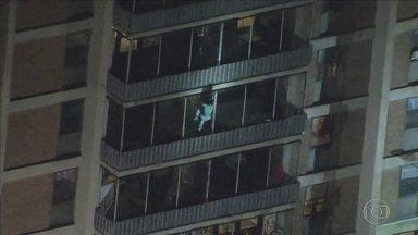Veja imagens impressionantes de dois momentos de muita tensão nas alturas - Vídeos que viralizaram mostram americano escalando um prédio de 19 andares para resgatar a mãe e uma cachorrinha sendo salva após cair do sexto andar em Fortaleza.