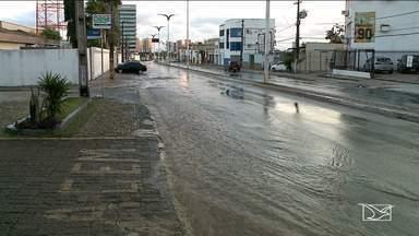 Vazamento de água deixa trânsito lento na Avenida Ana Jansen em São Luís - Pedestres tiveram muita dificuldade para atravessar a avenida. Além do volume de água, os carros que passam pelo local acabavam molhando quem estava na calçada.