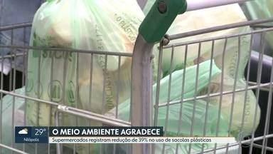 Houve redução de 39% no uso de sacolas plásticas - Novas sacolas começaram a ser usadas há um mês