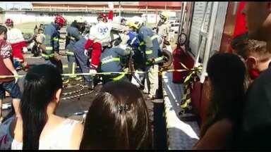 Engavetamento na BR-277 deixa três mortos e cinco feridos - Um dos feridos está internado em estado grave. No momento do acidente, homens trabalhavam na pintura da pista, por isso o trânsito estava lento.