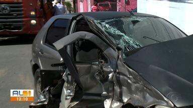 Colisão entre carro e viatura dos bombeiros deixa feridos em Jaraguá - Corpo de Bombeiros seguia para ocorrência de princípio de incêndio quando aconteceu o acidente.