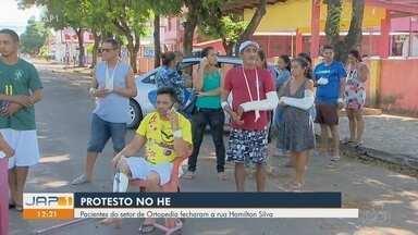 Após greve de ortopedistas, pacientes do HE bloqueiam rua em Macapá - Manifestação interditou via por 2h na manhã desta segunda-feira (29). Médicos paralisaram atividades após dois meses sem receber salários.