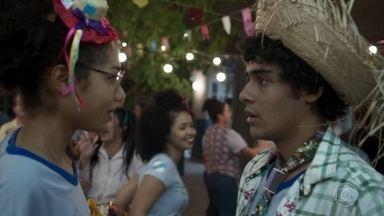 Luan e Alice se beijam - Alice fica sem graça na festa junina