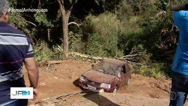 Carro volta a cair em ribanceira após ser rebocado, em Luziânia - Correia se solta de máquina e veículo volta desgovernado apara o buraco.