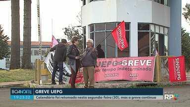 Calendário da UEPG foi retomado nesta segunda-feira (29), mas a greve continua - Teve manifestação em frente ao campus de Uvaranas. E professores que não aderiram à greve deram aula.