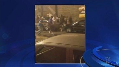 Segurança fica desacordado após ser espancado por grupo na saída de baile funk em Tupã - Segundo a polícia, confusão começou quando o segurança abordou uma pessoa vendendo bebidas em frente à casa noturna. Homem está na UTI em estado regular.