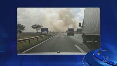 Fumaça na rodovia provoca acidente com quatro carros e dois caminhões - Quatro carros e dois caminhões se envolveram em um acidente na tarde desta segunda-feira (29) na Rodovia Marechal Rondon, em Araçatuba (SP). Segundo a polícia, a fumaça de um incêndio às margens da pista contribuiu para o acidente.