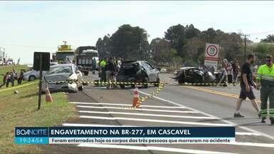 Funcionário que trabalhava na rodovia vai sinalizar acidente e vê que o pai era uma vítima - Foram enterrados hoje os corpos das três pessoas que morreram no acidente.