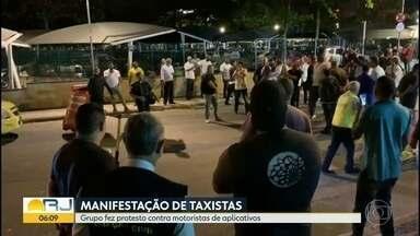 Taxistas fazem protesto contra motoristas de aplicativos - Grupo se concentrou perto da rodoviária e chegou a fechar rua.