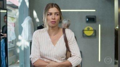 Paloma chega arrasada no trabalho - Eugênia não quer saber do estado emocional de Paloma e cobra empenho dela