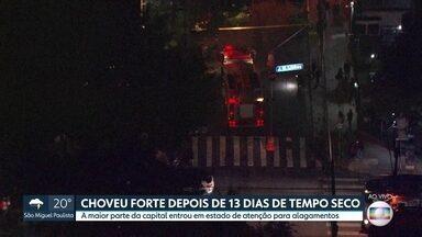 Chuva forte depois de 13 dias de tempo seco deixa parte da capital em estado de alerta - Rajadas de vento marcaram a virada no tempo e São Paulo entrou em estado de atenção para alagamentos.