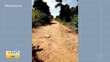 Moradores denunciam falta de asfalto em Anicuns - Vídeo mostra reclamações e via ainda não pavimentada.