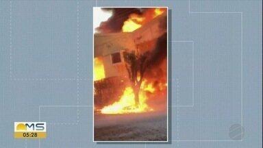 Depósito que pegou fogo em Nova Andradina estava irregular, segundo bombeiros - A empresa não tem o certificado de vistoria em dia, que é um documento emitido pelo Corpo de Bombeiros. Agora, os bombeiros devem notificar a empresa pra se regularizar.